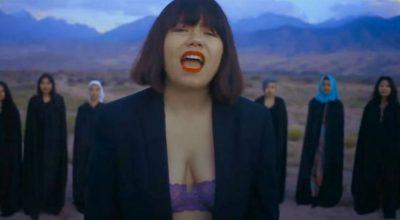 NË VIDEOKLIP ME SYTJENA/ Këngëtarja kërcënohet për vdekje (VIDEO)