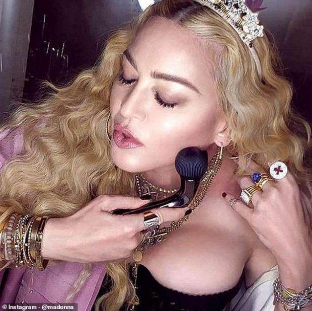 Madonna pozoi me një objekt të çuditshëm në fytyrë/ Të gjithë menduan se ishte lodër seksi (FOTO)