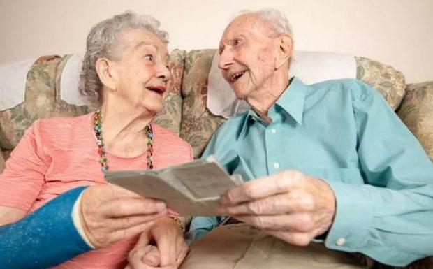 HISTORI FRYMËZUESE/ Meghan dhe Denis që vazhdojnë të ruajnë romancën edhe pas 70 vitesh (FOTO)