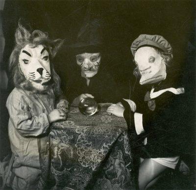 KOSTUME ME LËKURA KAFSHËSH/ Halloween-i 100 vjet më parë (FOTO)