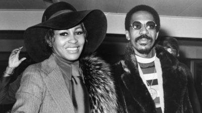 """""""U DETYROVA TË SHIKOJA SHFAQJE SEKSI NË NATËN E PARË TË MARTESËS""""/ Tina Turner trondit me rrëfimin e saj"""