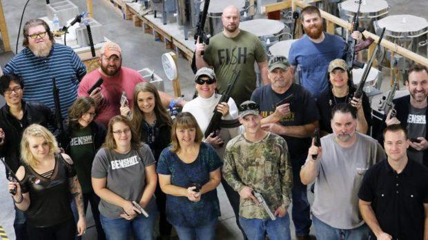 KUPONI MË I ÇUDITSHËM/ Pronari shpërblen punëtorët me pushkë dhe pistoleta