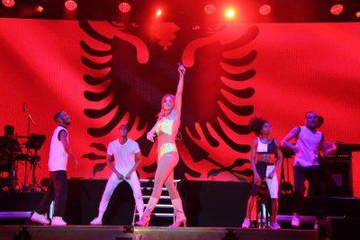 """""""KONCERTI QË BËRA FALAS…""""/ Rita Ora uron shqiptarët, por ka një gabim! (VIDEO)"""