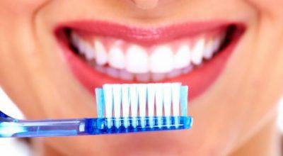 HARROJENI DENTISTIN/ Kështu mund t'i zbardhni dhëmbët në kushte shtëpie