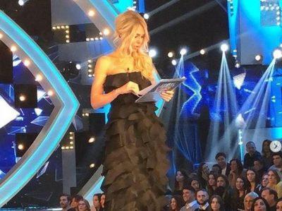"""ËSHTË SI NE! Ilary Blasi ngriti fustanin gjatë """"Grande Fratello-s"""" dhe të gjithë u shkrinë së qeshuri (VIDEO)"""