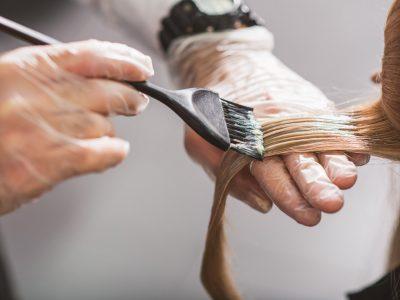 VËMENDJE VAJZA/ Këto janë 8 gabimet trashanike që bëjmë kur lyejmë flokët