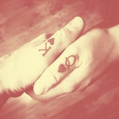 E DINIT? Ja pse çiftet bëjnë tatuazhe për njëri-tjetrin
