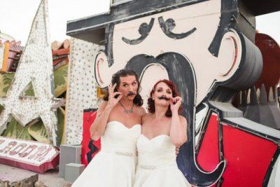 DASMË E PAZAKONTË/ Burri vishet me fustan nusërie si bashkëshortja (FOTO)