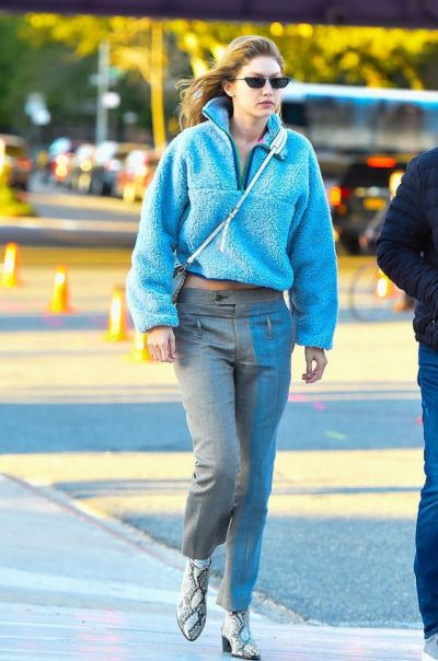 TË SHËMTUARA? Bluzat që me siguri i vishni vetëm në shtëpi, janë kthyer në trendin e ri