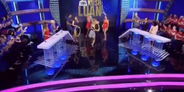 """""""PO KËTO Ç' PATËN""""/ Dy këngëtaret shqiptare puthen në buzë në mes të emisionit (VIDEO)"""