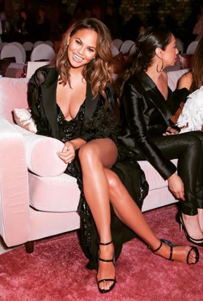 """EDHE PSE ËSHTË SUPER SEKSI/ Modelja e njohur bën """"Photoshop"""" tek këmbët për arsyen qesharake (FOTO)"""