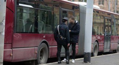 SKANDALI/ Çifti kryen marrëdhënie në autobuz, shoferi i bën gjëmën