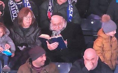"""LEXOI LIBËR FETAR NË TRIBUNË/ Mësuesi nga Judaizmi """"vjedh"""" vëmendjen e ndeshjes"""