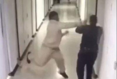 MOMENTE TRONDITËSE/ I burgosuri rreh brutalisht policin, ai ia mbath (VIDEO)