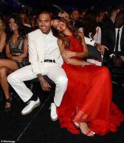 """""""QËNDRO LARG SAJ""""/ Fansat i sulen Chris Brown pas komenteve që i bëri Rihanna-s (FOTO)"""