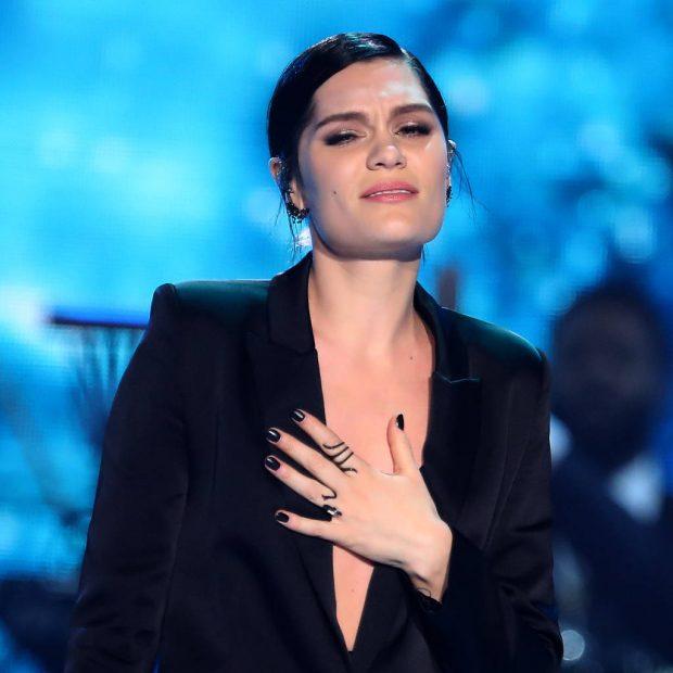 """""""S'BËJ DOT FËMIJË""""/ Këngëtarja e famshme jep lajmin e dhimbshëm (VIDEO)"""