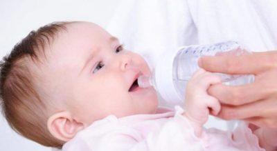 Bebes nuk bën ti jepni ujë asnjëherë sepse mund të jetë fatale për të
