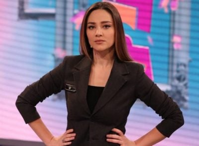 Bieta Sulos i thyhet taka gjatë emisionit/ Moderatorja e kalon me sportivitet  (VIDEO)