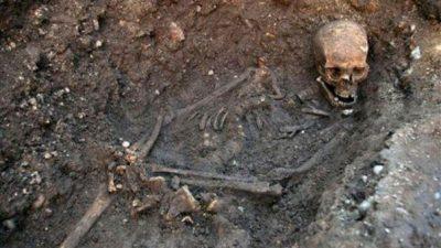GËRMON NË KANTINË NATËN E HALLOWEENIT/ Gjen skeletin e babait e tij