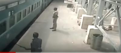 E FRIKSHME/ Treni e tërheq zvarrë, gruaja shpëtohet nga polici (VIDEO)
