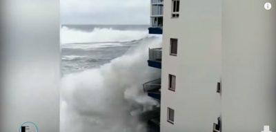 EVAKUOHEN BANORËT/ Shihni si dallga gjigande shkatërron pallatin (VIDEO)