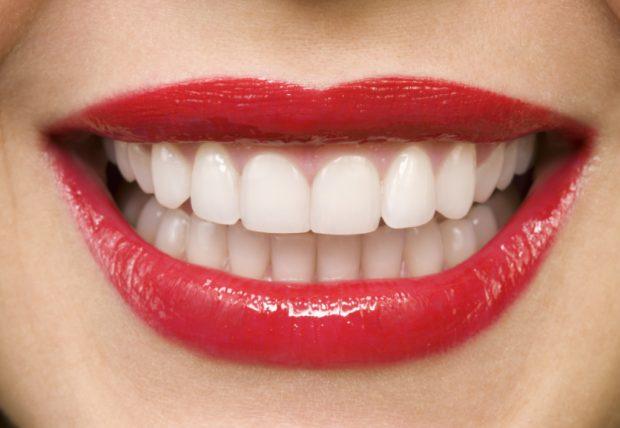 Dhëmbë të bardhë dhe të fortë? Këto janë 9 ushqimet që duhet të konsumojmë