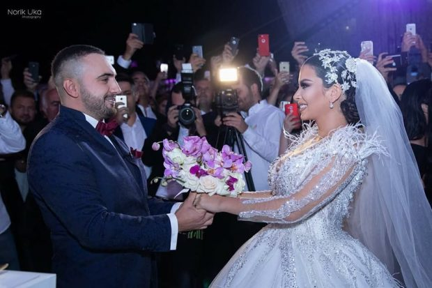 NGA PROPOZIMI TE FUSTANI I DASMËS/ Shihni të gjitha detajet e martesës së Gjikos dhe Elitës (VIDEO)