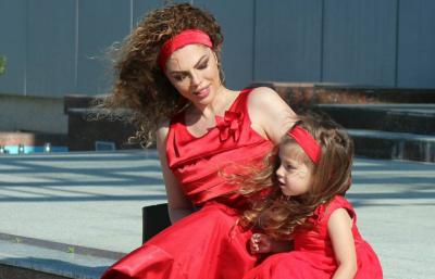 COCO ANTONEL NUK I NDAHET MAMIT/ Shihni si duket Inisi me vajzën në panair (FOTO)