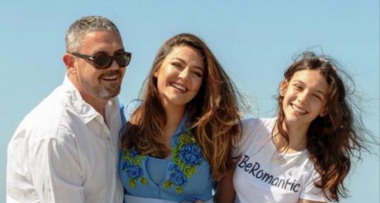 """""""JOELLE MË KA PËRGATITUR TË JEM NJË NËNË E MIRË""""/ Bieta Sulo tregon marrëdhënien me vajzën e Albanit (VIDEO)"""