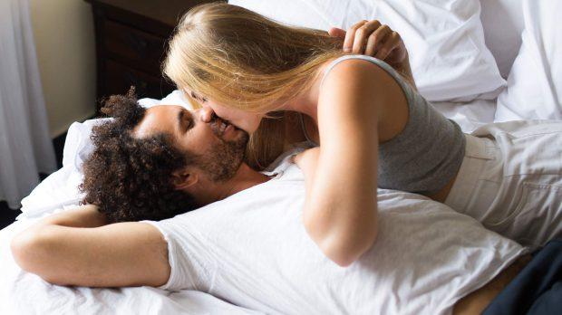 MOS BËNI ZHURËM/ Këto 5 pozicione gjatë seksit janë perfekte nëse jetoni me persona të tjerë