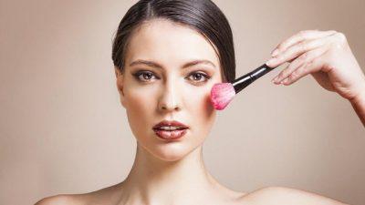 """MOS U HABISNI/ Këto gabime """"make up- i"""" po ju çojnë gjithë punën dëm (FOTO)"""