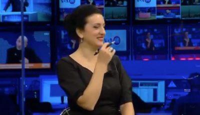 PAS PRANVERA BORAKAJ/ Një tjetër moderatore shqiptare nuk mban dot të qeshurën në emision (VIDEO)