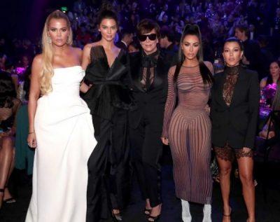 """Prekin me fjalimin dedikuar viktimave/ Familja Kardashian nderohet me çmim në """"People's Choice""""(FOTO)"""
