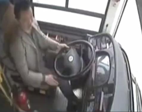 """""""E ÇMENDURA"""" SULMON SHOFERIN E AUTOBUSIT/ Humbet kontrollin dhe bie në lumë"""