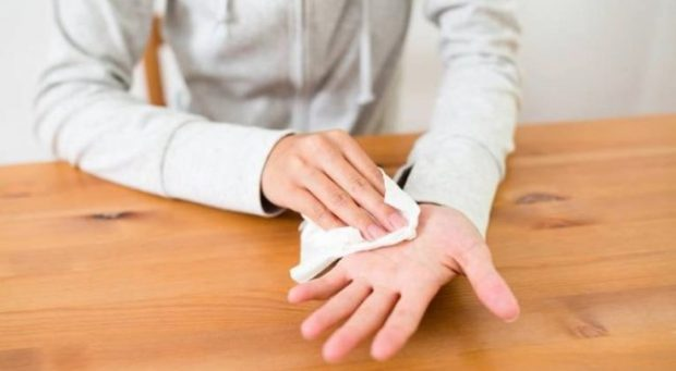 """""""HIPERHIDROZA""""/ Këto janë 6 shkaqet e djersitjes së duarve"""
