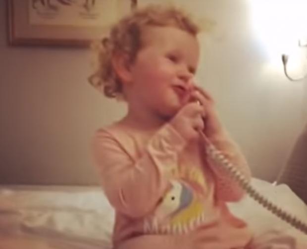 FLET NË TELEFON ME SHOQEN IMAGJINARE/ Kjo VIDEO e 3 vjeçares po bëhet hit në internet