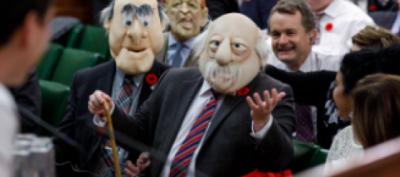 E PAZAKONTË/ Deputetët futen në Parlament të maskuar për Halloween (FOTO)