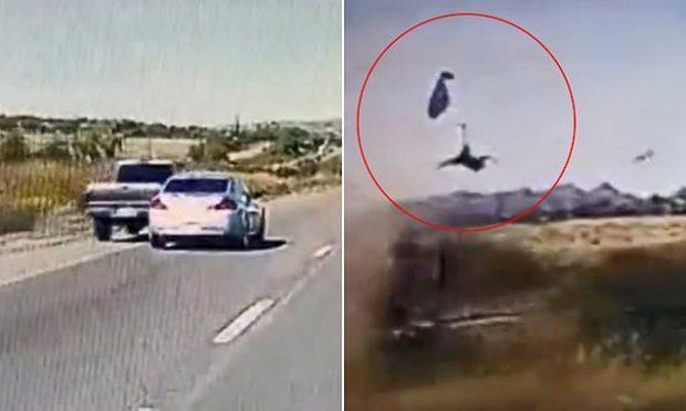 """AKSIDENTI I FRIKSHËM/ Pasagjeri """"fluturon"""" nga makina (VIDEO)"""