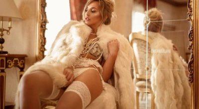 ME TRUPIN SUPER SEKSI/ Këngëtarja shqiptare mban shishen me të pasmet (VIDEO)