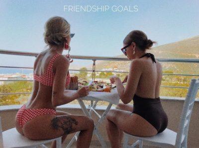 SHAJNË ME GISHTIN E MESIT/ Ja çfarë bëjnë Roza Lati dhe Ana Lika kur takohen me njëra tjetrën (FOTO)