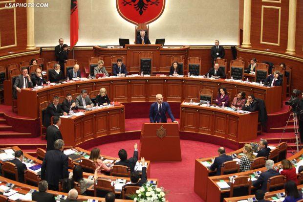 NUK E DINIM/ Deputeti shqiptar qenka i çmendur pas motorave (FOTO)
