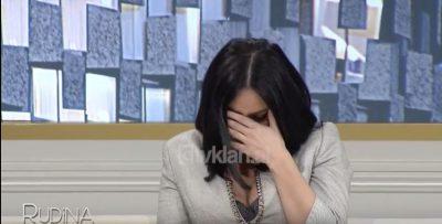I PËRMENDIN TË ËMËN E SËMURË/ Këngëtarja shqiptare shpërthen në lot në emision (VIDEO)