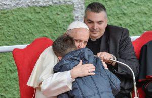 """""""BABAI IM ISHTE ATEIST.A KA SHKUAR AI NË PARAJSË""""? Historia prekëse e djalit që takoi Papën"""