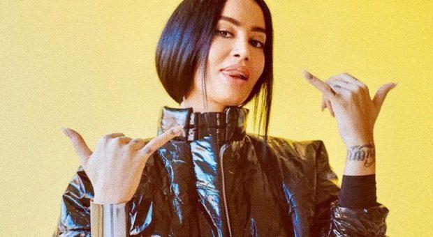 E PYESIN A DO MARTOHEJ NË FSHAT/ Dafina i jep fansit përgjigjen epike (FOTO)