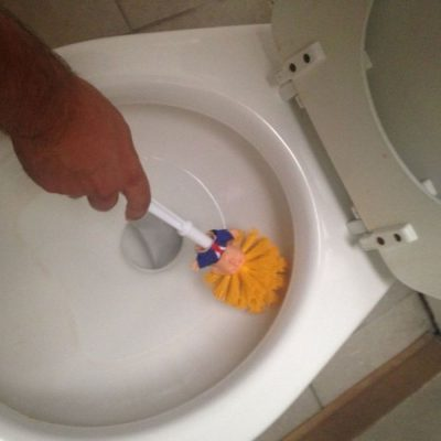 """SHAKAJA E """"HIDHUR""""/ Furçë e re tualeti me kokën e… Donald Trump (FOTO)"""