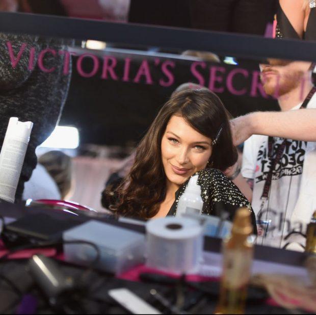 """NUK U PËRDOR FURÇË/ Ja """"fije për pe"""" truku i makijazhit dhe i flokëve në """"Victoria's Secret"""""""