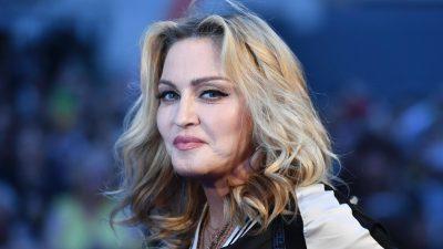 MADONNA TI JE? Këngëtarja 60-vjeçare duket sa gjysma e moshës së saj në FOTOT e reja