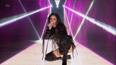 TENTOI TË BËNTE PERFORMANCË SEKSI/ Fansat kritikojnë këngëtaren (VIDEO)