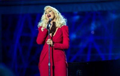 Momenti më i bukur në koncert/ Këngëtarja e njohur ngjitet në skenë me vajzën (VIDEO)