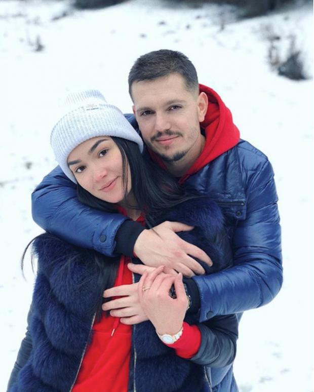 "U SUPRIZUAM/ Moderatorja shqiptare ""e dashuruar"" me Dua Lipën (FOTO)"